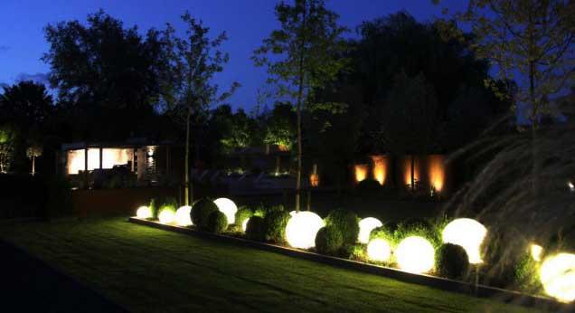 Trang trí sân vườn bằng đèn sân vườn cầu trắng đục