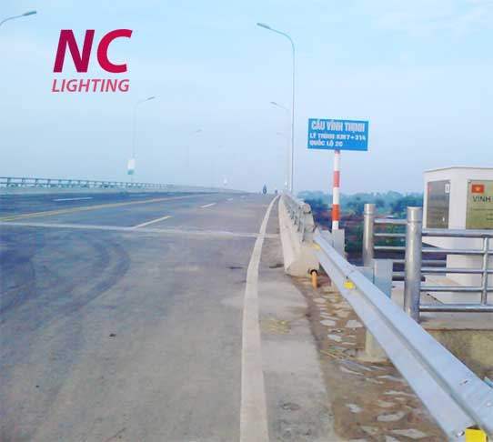 Lắp đặt hệ thống chiếu sáng cao áp trên cầu Vĩnh Tịnh
